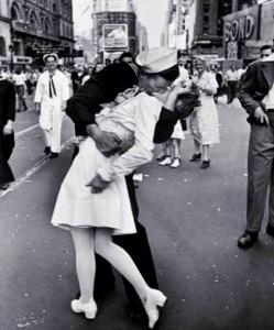 Uno dei baci più famosi, la fine della guerra, 15 agosto 1945